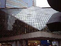 今回の会場となった東京芸術劇場を前からみたところ。広々としたデザイン。