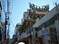 関帝廟を裏から見た写真。街の一角にあるって感じ。